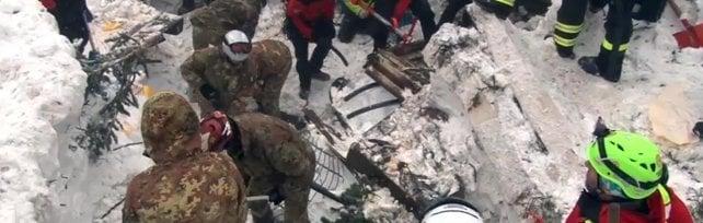 """La tragedia del Rigopiano, i sopravvissuti """"Ci siamo salvati succhiando la neve"""""""