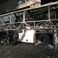 Bus bruciato, morti i figli del professore eroe
