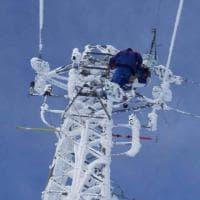"""Emergenza neve, l'operaio dell'Enel sul traliccio ghiacciato. La foto su Fb contro le critiche: """"Noi sempre in prima linea"""""""