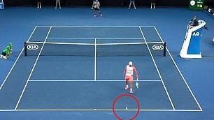 Federer messo alle corde Risolve con un lob perfetto
