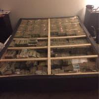 Stati Uniti, 20 milioni di dollari sotto il materasso: è il bottino di una truffa