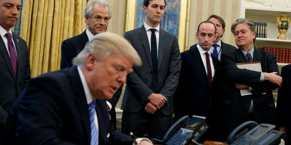 Usa, Trump firma per bloccare i fondi per l'aborto: indignazione social per la foto con soli uomini