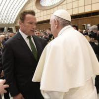 Papa Francesco faccia a faccia con Terminator