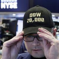 I record di Wall Street spingono i listini. Spread in risalita dopo la Consulta