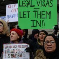 New York, proteste all'aeroporto contro la stretta di Trump sull'immigrazione