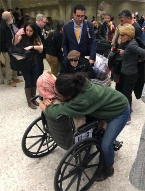 Washington, ottantenni iraniani disabili bloccati per ore in aeroporto. L'abbraccio tra i manifestanti anti-Trump