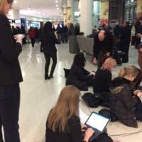 Usa, stop a immigrazione:  avvocati volontari in difesa dei rifugiati lavorano per terra al JFK