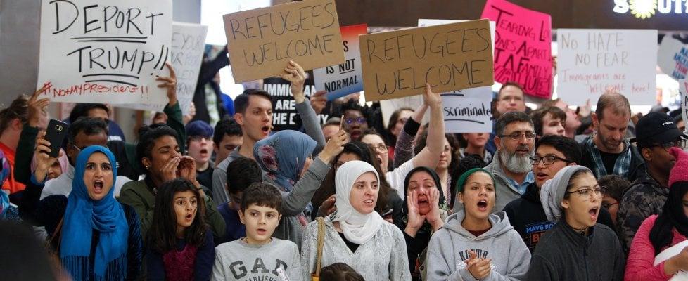"""Folla a Ny e la protesta assedia la Casa Bianca. Leader Ue contro Trump, lui: """"No al vostro caos"""""""