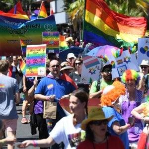 """Don Carrega al vedovo della coppia gay: """"La Chiesa vi deve chiedere scusa"""""""