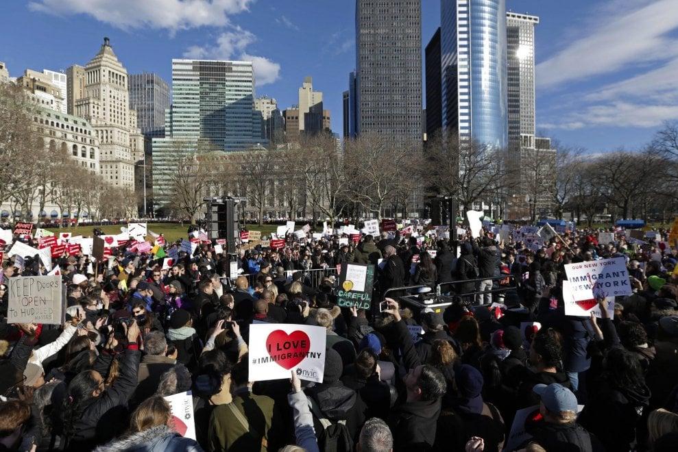 New York, protesta contro Trump sotto la Statua della libertà