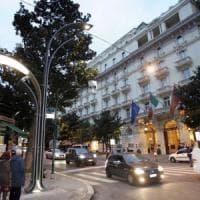 """Lampioni spenti e inefficienti, la beffa dell'illuminazione pubblica in Italia: """"Costi record e città al buio"""