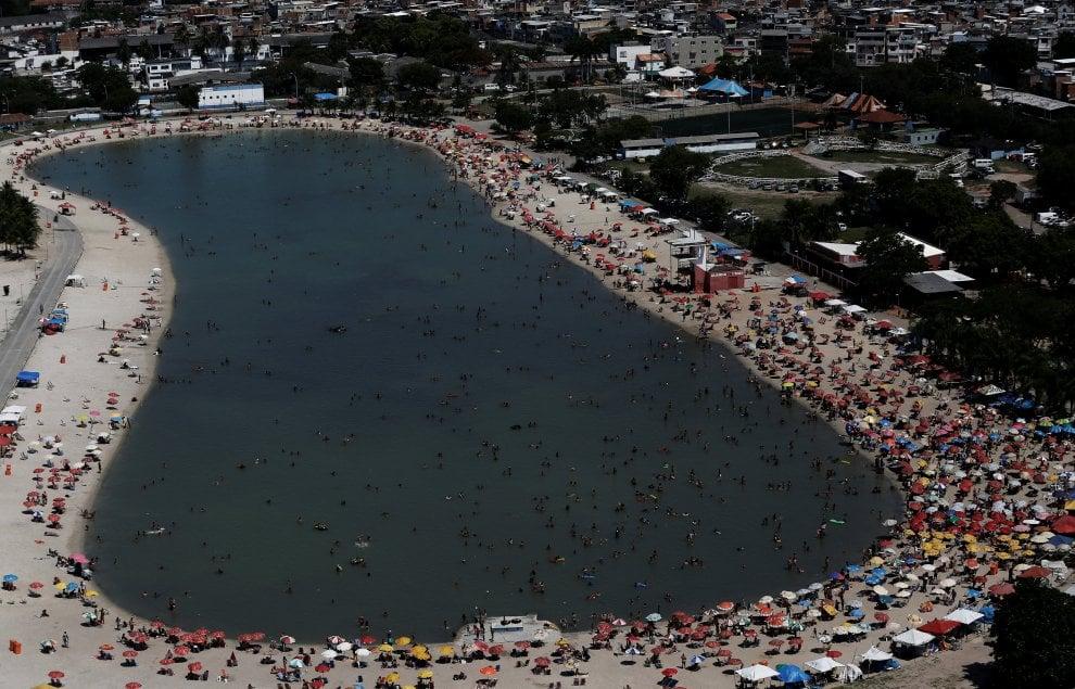 Brasile, un tuffo nel piscinão: il mare delle favelas