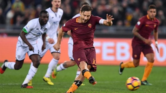 Roma-Cesena 2-1, il rigore di Totti al 96' vale la semifinale