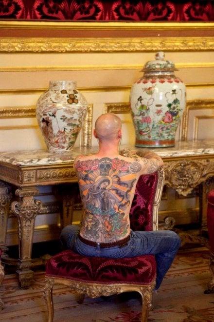 """L'uomo che ha venduto la sua schiena all'arte: """"La mia pelle è la tela, io sono la cornice"""""""