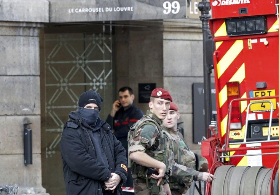 Parigi, militare spara a uomo armato vicino al Louvre: evacuato il museo