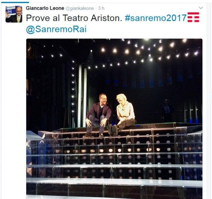 Sanremo, prima foto sul palco per Carlo Conti e Maria De Filippi