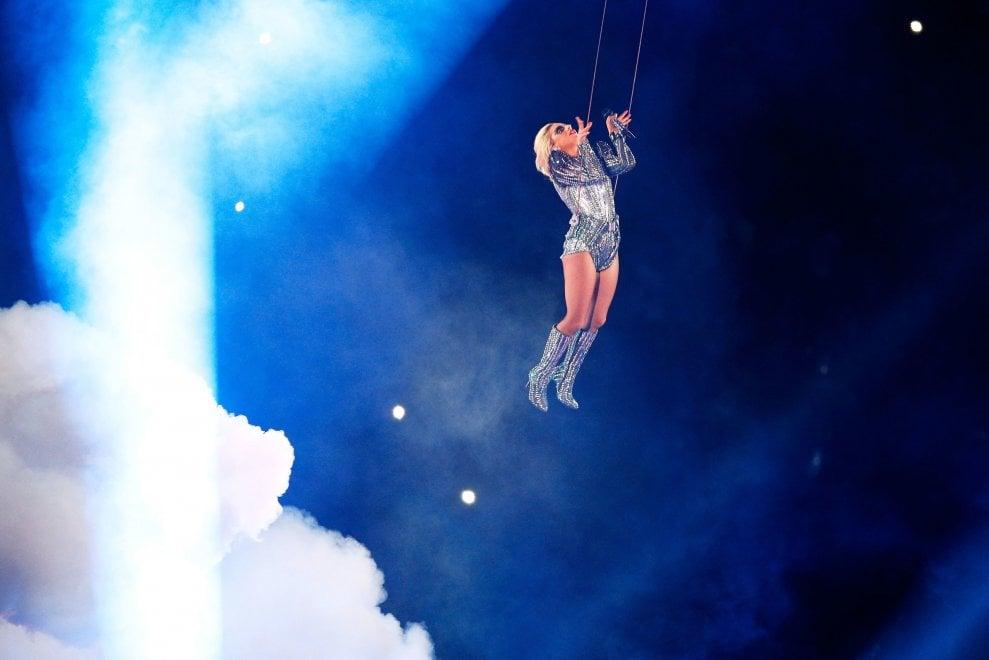 Super Bowl 2017, in volo e tra le fiamme: l'halftime show di Lady Gaga