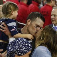 Super Bowl 2017, il bacio di Tom Brady alla moglie Gisele Bündchen dopo la vittoria