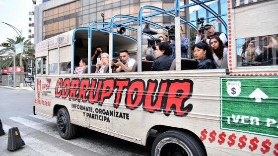 Messico. Un bus turistico contro il muro della corruzione