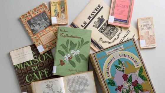 Milano, l'aroma del caffè tra manifesti e libri antichi