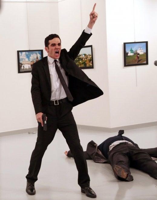 World Press Photo 2017, vince la foto dell'attentatore dell'ambasciatore russo in Turchia