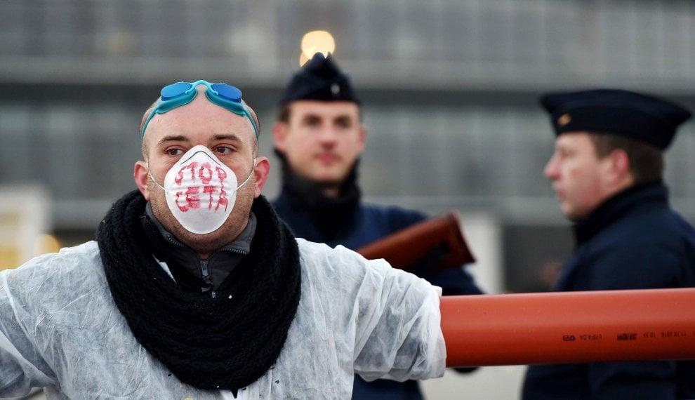 Ceta, proteste davanti all'Europarlamento