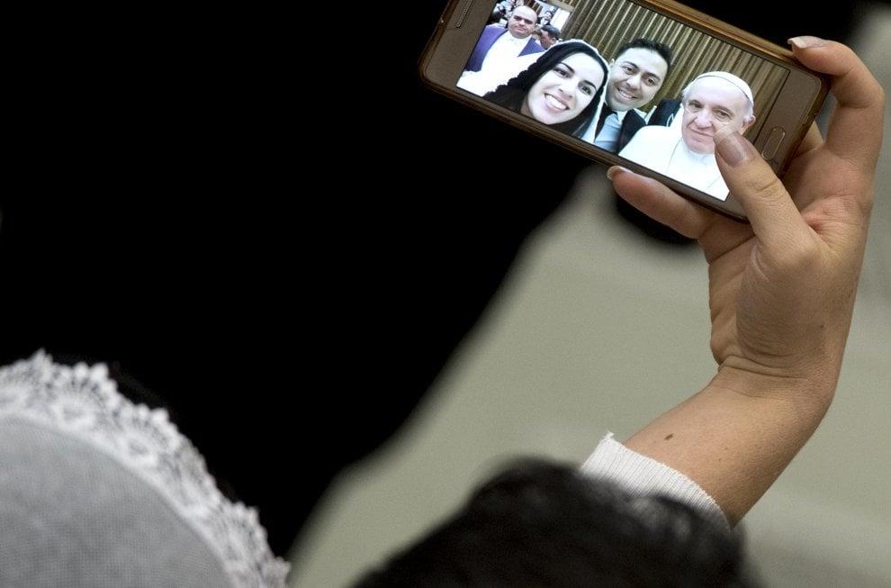 Vaticano, selfie con il Papa per gli sposi: in posa per lo scatto nuziale