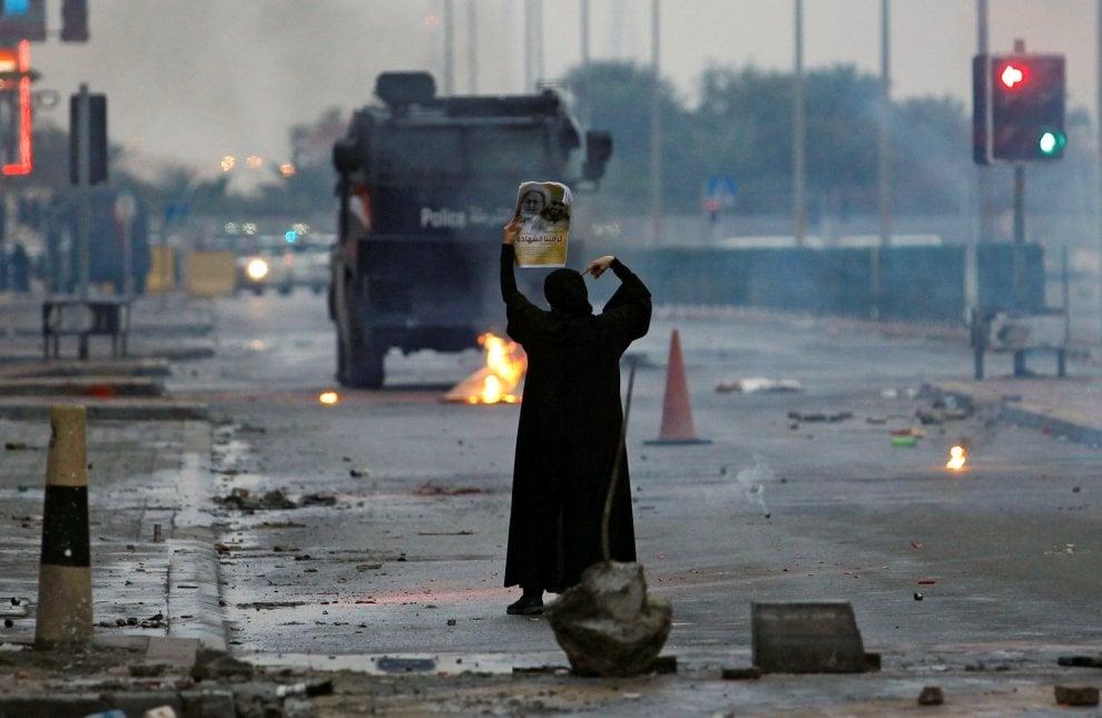 Bahrein, sola contro la polizia: una donna simbolo degli scontri di San Valentino