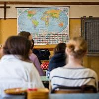Scuola, flop della Card del docente: solo il 40% dei prof ha usufruito del bonus da 500...