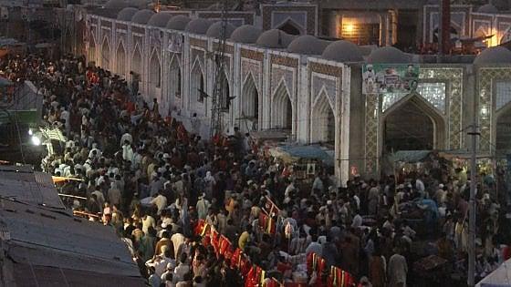 Pakistan, attentato kamikaze al santuario sufi. Oltre 70 morti