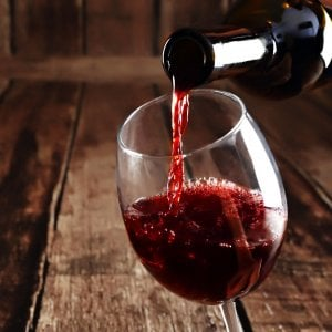 Quando l'investitore si rifugia in un bicchiere di vino: boom per gli indici del buon bere