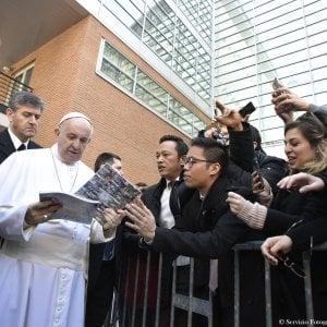 """Papa Francesco a Roma Tre, dialogo con gli studenti: """"Mancanza lavoro causa suicidi e terrorismo"""""""