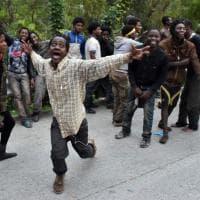 Ceuta: la gioia, le preghiere e le ferite dei 400 migranti entrati nell'enclave spagnola in Marocco