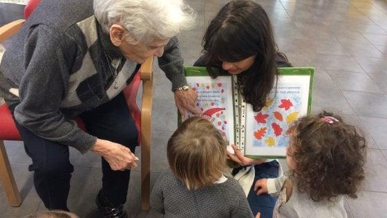 Piacenza, l'asilo dai 3 ai 90 anni dove anziani e bimbi si prendono per mano