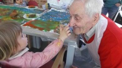 Piacenza, un asilo dai 3 ai 90 anni   video   anziani e bimbi si prendono per mano