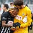 Sfinito da insulti razzisti: calciatore esce in lacrime