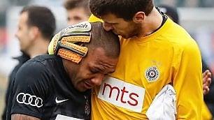 Sfinito dagli insulti razzisti: il calciatore esce in lacrime