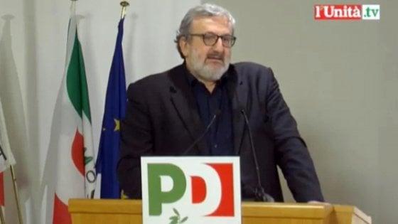 """Pd, Emiliano resta e corre per la segreteria. Speranza: """"Ora nuovo soggetto"""". Bersani: """"Basta tessera Pd"""". Renzi negli Usa"""