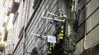 Napoli, neomelodico canta dal balcone lo show da casa del pregiudicato   video