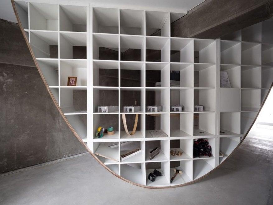 Giappone la libreria parabola del designer fatta con for Ikea scaffali librerie