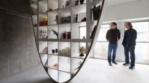 La libreria-parabola del designer  è fatta con gli scaffali Ikea