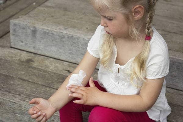 Una spremuta di batteri  contro la dermatite  di SIMONE VALESINI