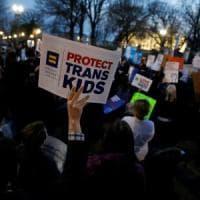 Usa, Trump revoca norma Obama su uso bagni per studenti transgender