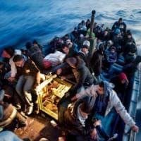 Migranti, tornano gli sbarchi: il 2017 sarà anno record. Ed è polemica sulla legge sui...