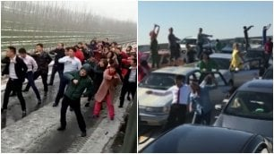 Automobilisti fermi nel traffico: ballo in strada come in La La Land