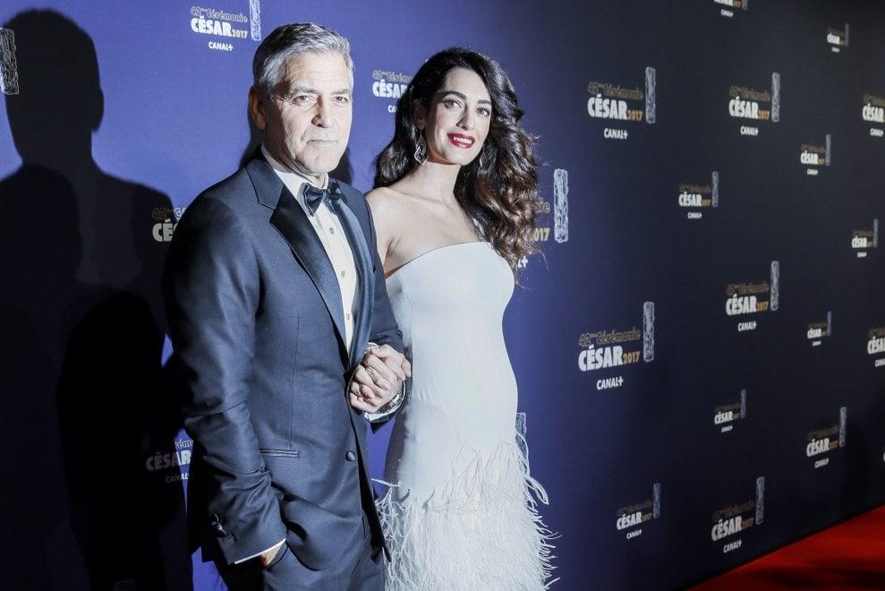e68f29eb819f Una mamma da red carpet  Amal Clooney debutta con il pancione. E George si