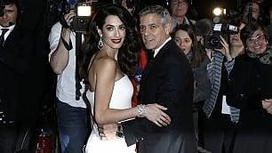 Una mamma da red carpet Amal Clooney col pancione