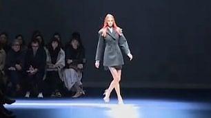 La sfilata di Versace: le star, il backstage