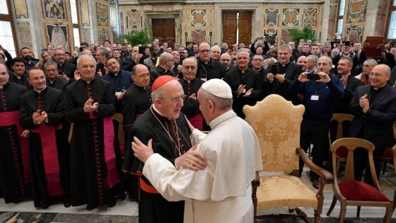 """Papa Francesco ai parroci: """"Siate vicini ai giovani che convivono senza sposarsi"""""""