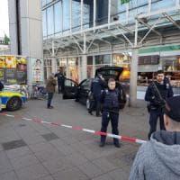 Germania, lancia auto contro tre pedoni. Raggiunto e ferito dalla polizia